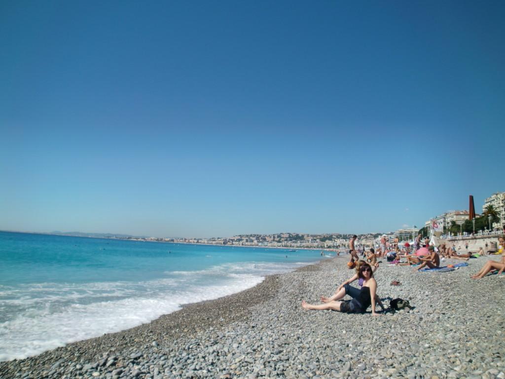 「天使の湾」と呼ばれるニースの海岸線を歩いていると、トップレスの女性が多くて驚きます。碧い空と碧い海、あふれる陽光と潮の香りが最高に気持ちいい。