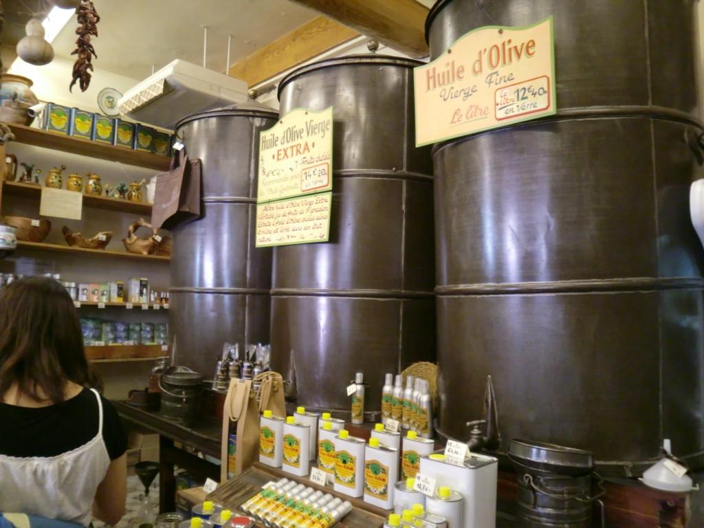 タンクでオリーブオイルを量り売り。地中海沿岸のオリーブオイルは高品質でとても良い評判。