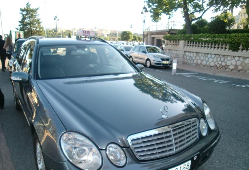 グラン・カジノ前に停車しているベンツのタクシー。カジノでは500ユーロの札束(おそらく500万円ぐらい)を手にカジノを楽しむ紳士を発見。