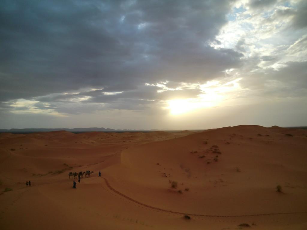 日が暮れてきたので、砂漠にテントを立てて一泊