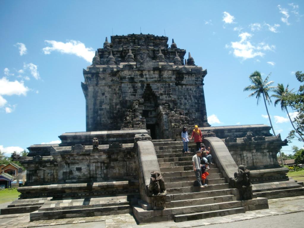 巨大な石仏三尊像が残る『ムンドゥッ遺跡』