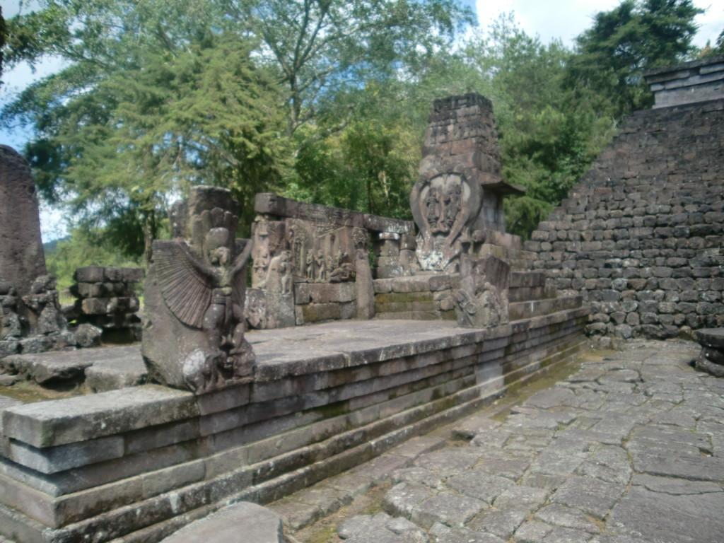 スクー寺院の壁画やレリーフは、プランバナンやボロブドゥールとは違った雰囲気