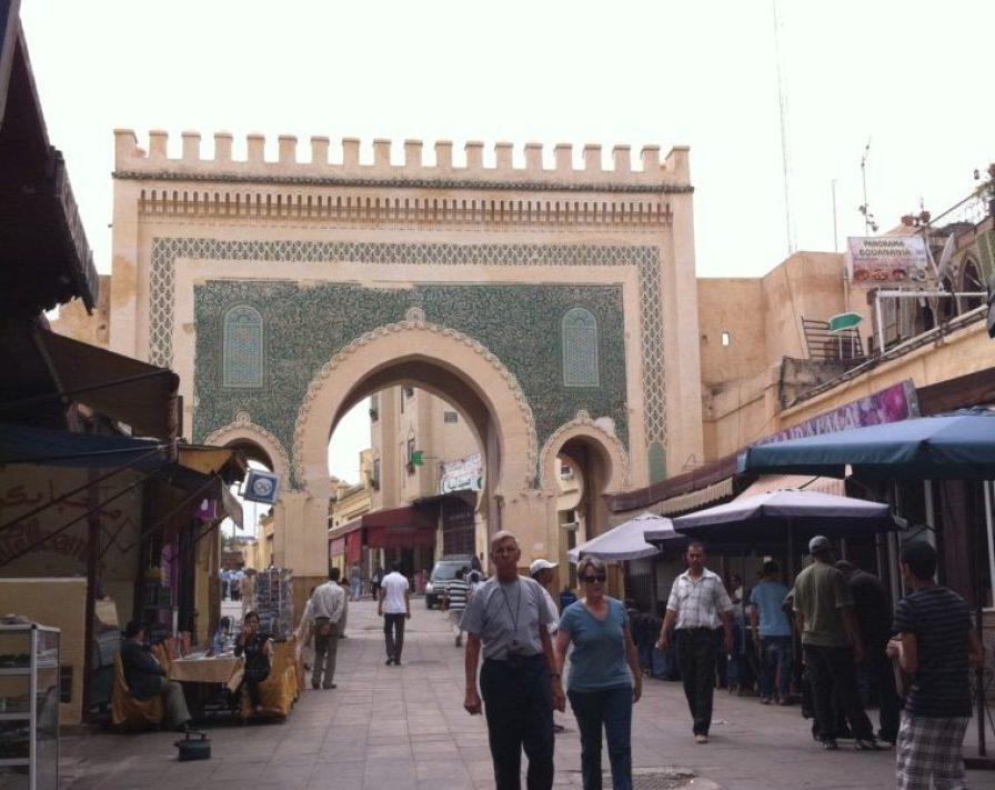 『ブー・ジュルード門』は、外面は幾何学模様に彫刻され、青色や緑色のタイルで彩られています