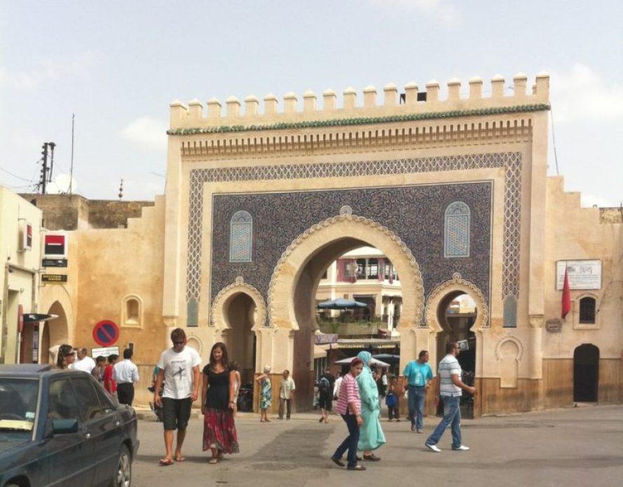 1913年に建造されたフェズ最大の門であり、美しいタイル装飾の『ブー・ジュルード門』がメディナ(旧市街)の入り口