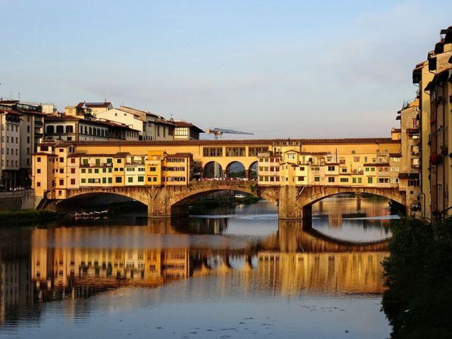 アルノ川にかかるフィレンツェ 最古の橋が、ポンテ・ヴェッキオ橋