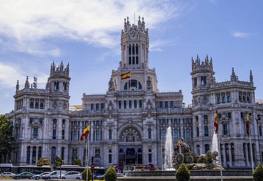 スペインの首都『マドリード』は、イベリア半島のほぼ中央に位置していて年間を通して晴天の日が多い町。そして、スペイン絵画の殿堂『プラド美術館』をはじめ、数多くの美術館や博物館を有する観光都市でもあります