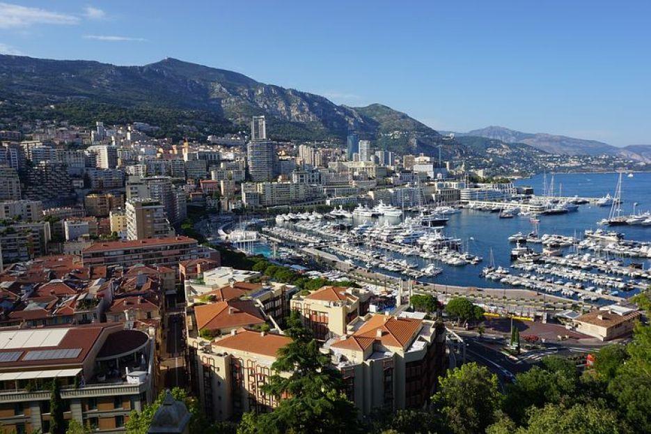 モナコの町中には、高級クルーザーや高級車がいたるところに停泊・停車していて本当のお金持ちの生活を少しだけ垣間見れます。