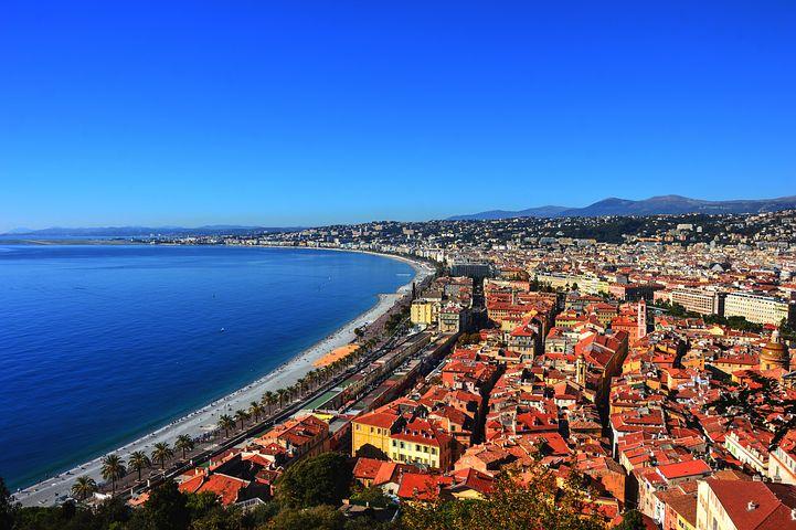 コート・ダジュールの中心地ニースは温暖な気候や降り注ぎ19世紀より多くの貴族や芸術家を魅了してきた町。「天使の湾」と呼ばれるニースの海岸線は南フランスの中でも屈指の美しい光景と賞賛されています。
