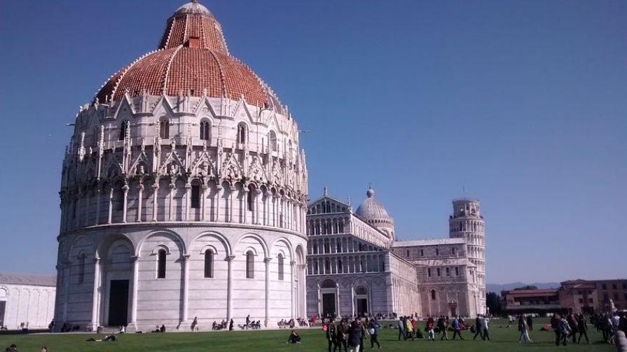 斜塔の脇には、ピサ・ロマネスク様式の最高傑作といわれるドゥオーモ