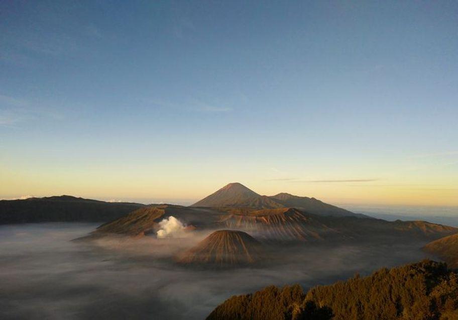 『ブロモ山』は、東ジャワ随一の景勝地といわれ雄大な日の出を拝むことができます