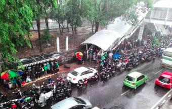 児童労働の実態に迫る!インドネシアで雨季にのみ行われるビジネスとは。