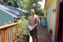 My duty in Annette & Hamilton's house... watering the plants !
