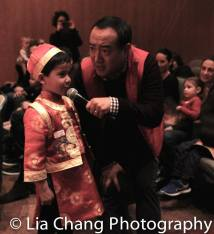 Counting to ten in Chinese with Alan Muraoka. Photo by Lia Chang