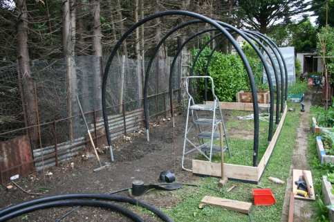 How To Build a Mini Polytunnel. 7