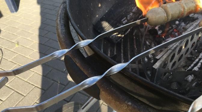 Bratwurst über Holzfeuer