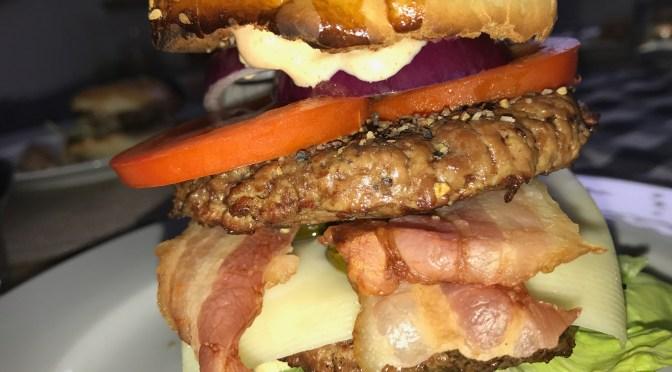 Winter-Burger über Holzfeuer gegrillt