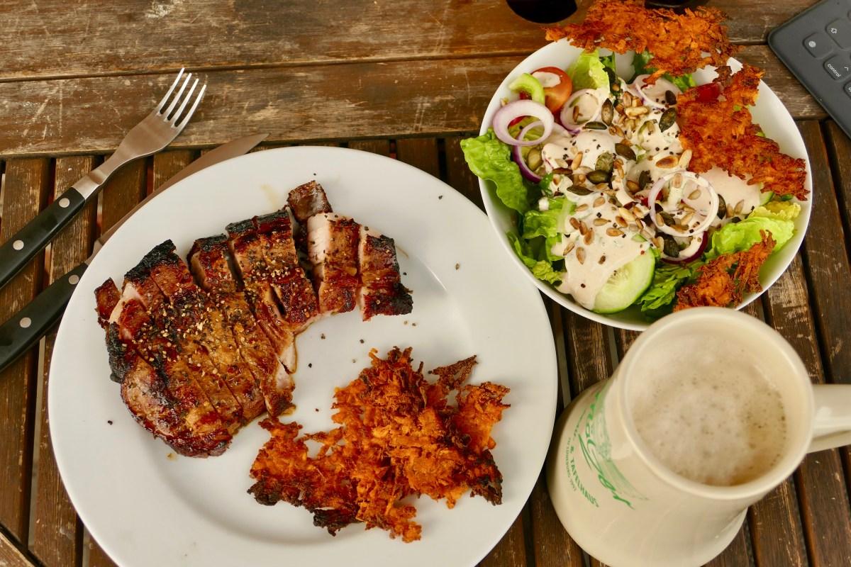 Teriyaki Kotelette mit Steakhouse Salat und Süßkartoffel Rösti