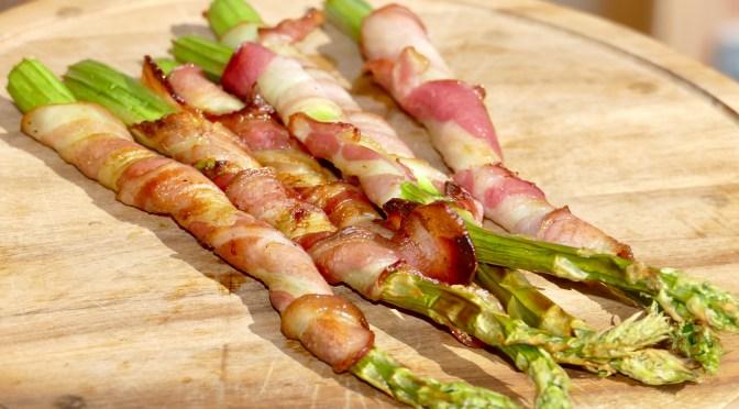 Grüner Spargel in Bacon