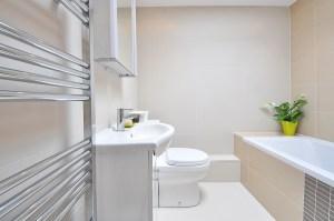 Badezimmer-in-Weiss-Badewanne