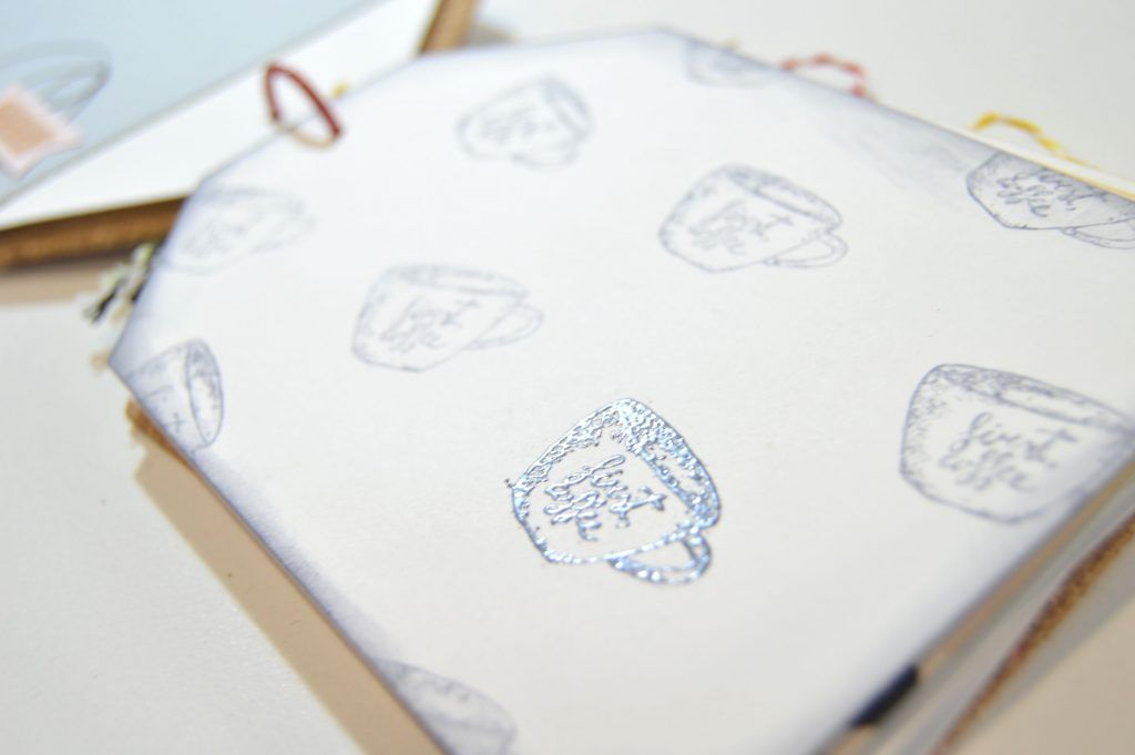 detalle embossing álbum tags