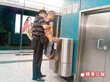 A Mainland father let his son pee into the rubbish bin inside a Hong Kong subway station