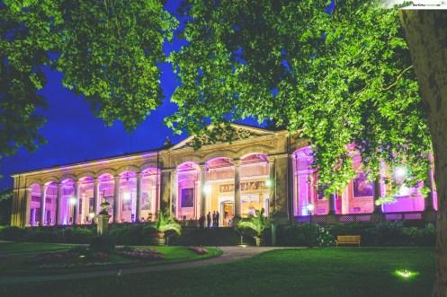 Beleuchtete Trinkhalle Baden-Baden am Abend