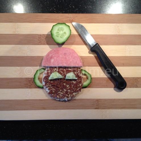 Stap 6: versieren met hagelslag, plakje worst en komkommer.