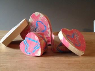 Hartjes stempelen op een hartjes doosje_blog badschuim.eu
