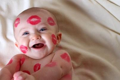 Valentijn inspiratie_baby met lippenstift kusjes_blog badschuim.eu