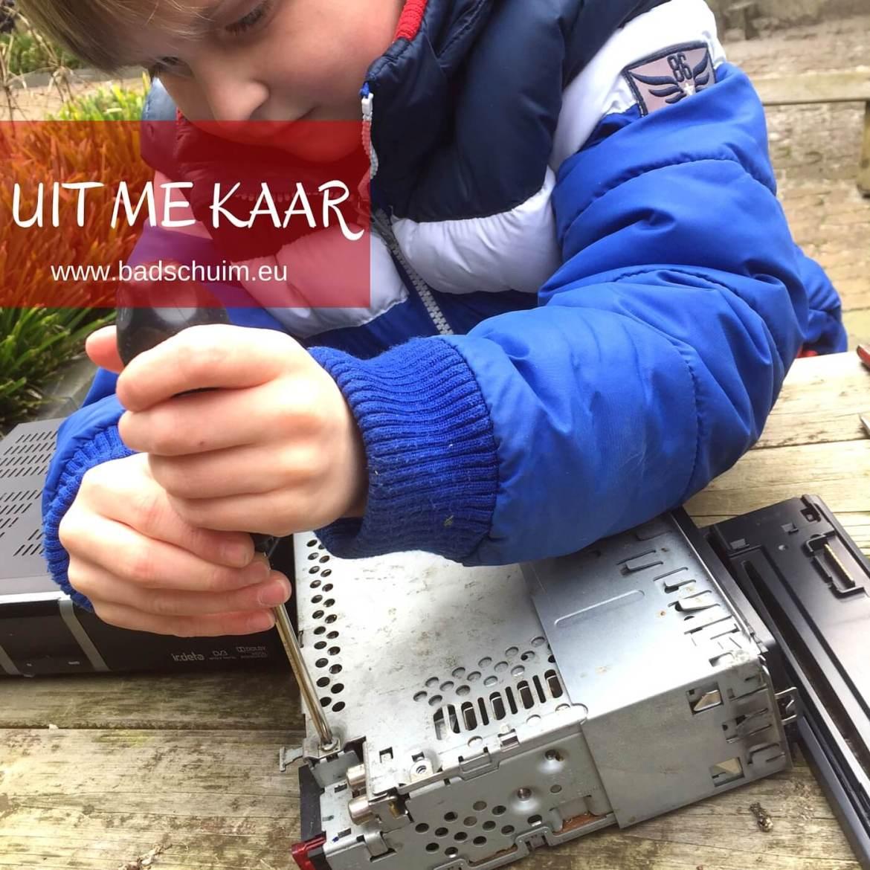 Ken je dat kinderprogramma 'UIT ME KAAR' nog? Die leuke serie waarin kinderen apparaten uit elkaar halen om te ontdekken hoe ze in elkaar zitten?! Wij maakte laatst ons eigen UIT ME KAAR programma en een lol dat de kids hadden!