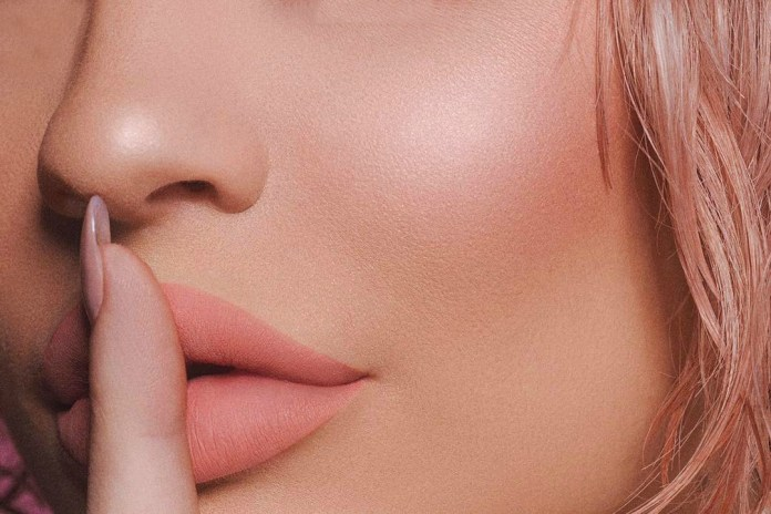 Customers Are Complaining About Kylie Jenner's Royal Peach Palette Odor