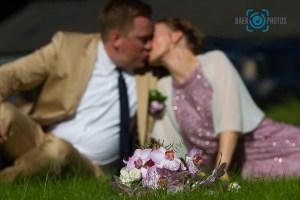 Hochzeit-Brautstrauß-Wiese-Park-Sonne-Kuss-Baer.Photos-Fotograf-Holger-Bär