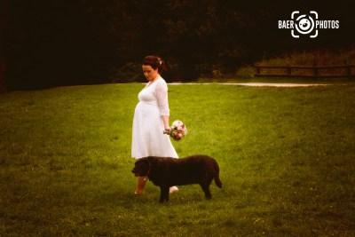Hochzeit-Braut-Brautstrauß-Hochzeitskleid-Hund-Wiese-Spaziergang-Baer.Photos-Fotograf-Holger-Bär