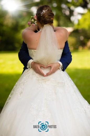 Hochzeit-Hochzeit-Paar-Braut-Bräutigam-Kuss-Brautkleid-Hochzeitskleid-Anzug-Bank-Park-Brautstrauß-Rosen-Herz-Baer.Photos-Fotograf-Holger-Bär