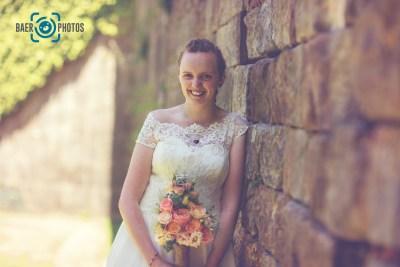 Hochzeit-Braut-Brautstrauß-Brautkleid-Hochzeitskleid-Mauer-Burg-Schloss-Rosen-Sonne-Baer.Photos-Fotograf-Holger-Bär