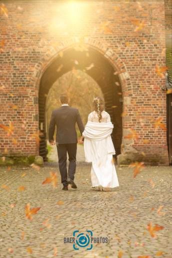 Hochzeit-Paar-Braut-Bräutigam-Herbst-Sonne-Burg-Brautkleid-Hochzeitskleid-Anzug-Gemeinsam-gehen-Baer.Photos-Fotograf-Holger-Bär