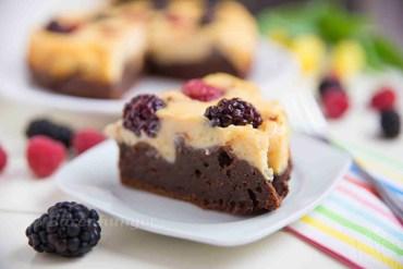 Cheesecake Beeren Kuchen mit Brownie Boden