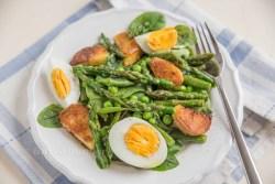 Spargel Salat mit gebratenen Kartoffeln und Ei