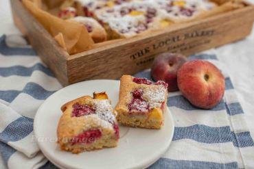 Mandel Kuchen mit Pfirsichen und Himbeeren