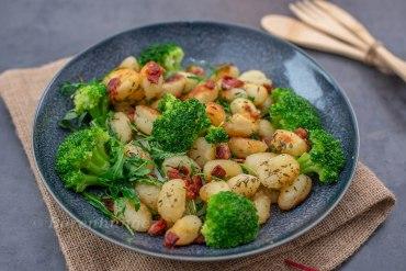 Gebratene Gnocchi mit Schinkenspeck und Brokkoli