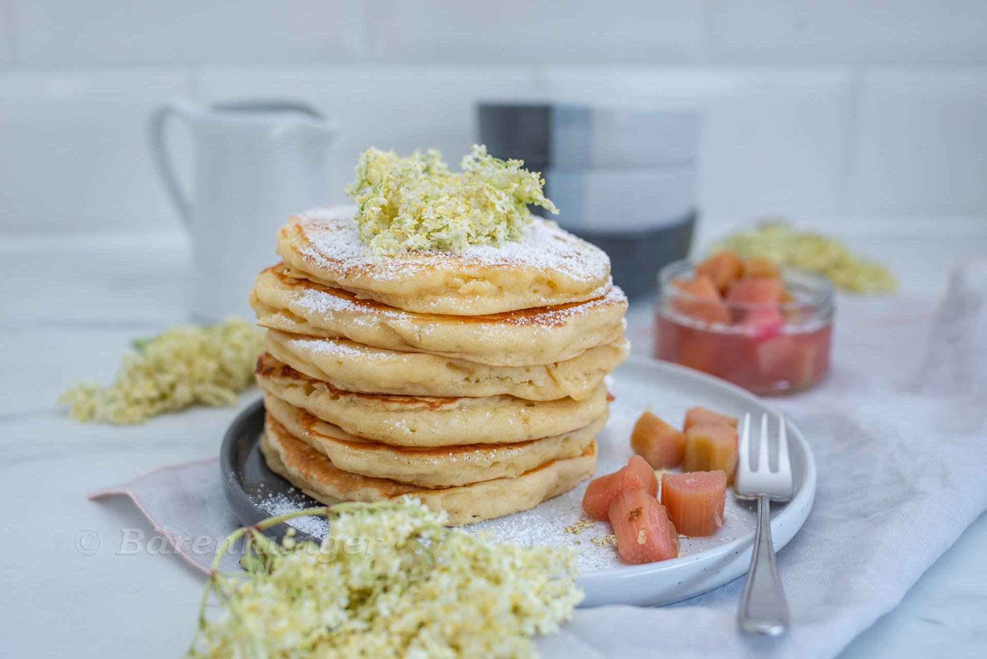 Pancakes mit Rhabarber und Holunderblüten