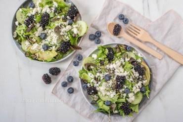 Rucola Salat mit Avocado und Heidelbeeren