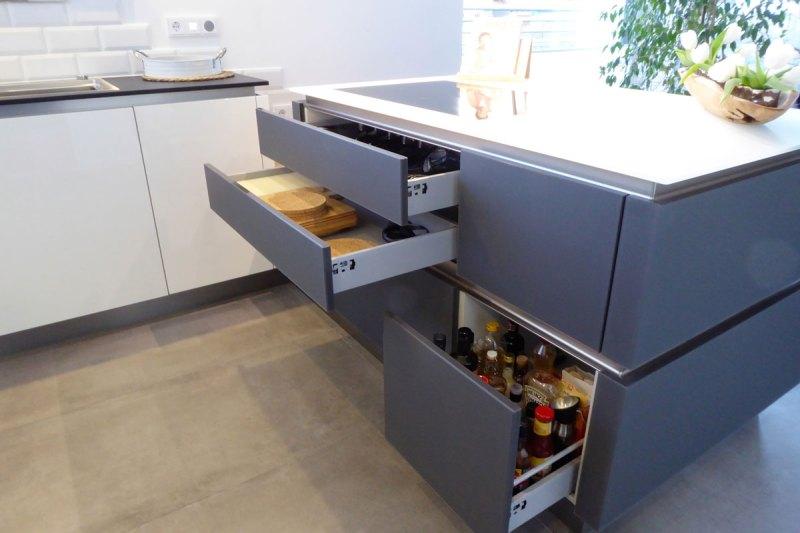 Moderne Küche mit Kochinsel und grifflosen Fronten – Bäumel Gmbh