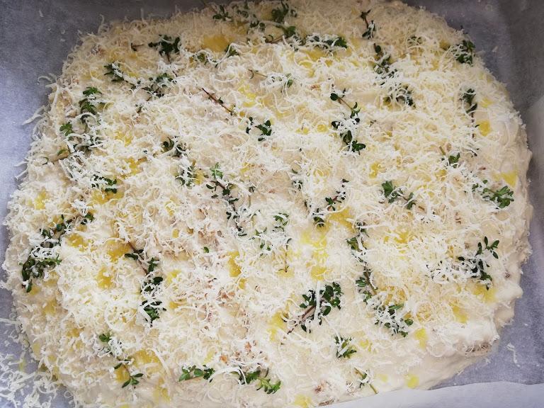 Dette parmesanbrød smager så lækkert. Vi spiser det til suppe og tapas, eller andre retter der skal bruge et godt brød. Jeg rør det tit sammen torsdag aften, og når så vi kommer hjem fra arbejde fredag, bager jeg det. Så har vi et godt brød, som vi spiser med lidt ost og pølse. Det er en perfekt måde at starte weekenden på. Nemt, lækkert og afslappende måde at starte weekenden på. Nu er det jo et parmesanbrød, men hvis man ikke bryder sig op parmesan, så er det også godt uden. Man kan også bruge andre krydderurter end timian, det er også rigtig lækkert med salvie, rosmarin, oregano eller andre frisk krydderurter.