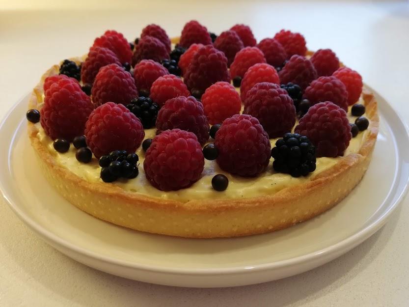 Denne tærte kan bruges til alle slags friske bær. Jeg syntes helt sikkert, at man skal vælge de bær der er i sæson, for de har den bedste smag. Men vi kan jo alle stå i de mørke vintermåned, og have lyst til smagen af sol og sommer, så må man vælge de bær, det nu er til at få fat i. Jeg syntes ikke dette er en tærte der tager meget arbejdstid, men der er meget ventetid, da både tærtedejen og cremen skal køle af inden det kan bruges. Men det er ventetiden vær. Man kan med fordel lave tærtedejen og cremen dagen før det skal bruges, så føles det ikke som om, man har brugt hele dagen, på at lave tærten.