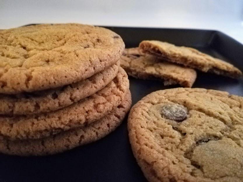 Ingefær cookies med mørk chokolade. Jeg er ret vild med cookies. De har den fordel, at de ikke tager så langtid at lave. Så når kage sulten melder sig så er de hurtig ude af ovnen. Disse ingefær cookies giver en dejlig varme på grund af ingefæren. Min mand sagde da han test smagte dem, at de næsten smagte sunde :-D Men man skal ikke lade sig snyde. De fungere rigtig godt til varm kaffe og te, men også bare helt for sig selv.