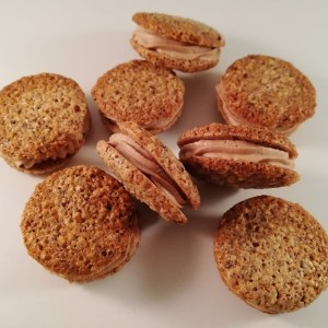 Disse hasselnøddemakroner med mælke chokolade ganache smager syndigt godt, de smager som en lille bid af himlen, hvis du spørg mig. De smager bare så godt. Det dejlige ved dem er, at hasselnøddemakronerne kan bages flere dage før man skal bruge dem, og opbevare dem i en kagedåse eller bøtte til de skal bruges. Så skal de bare lægges sammen med mælke chokolade ganachen, når man skal bruge dem. Jeg er sikker på at de vil være et stort hit på kagebordet.