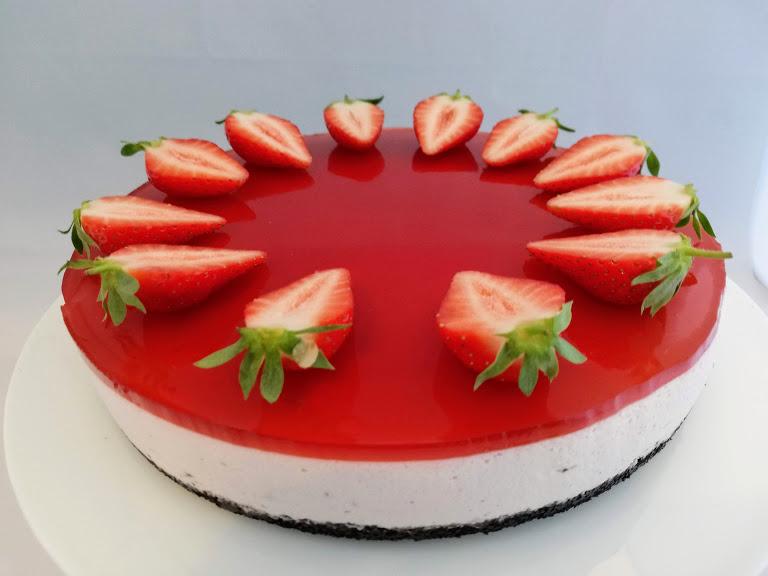 Jordbær cheesecake. Cheesecake er en rigtig god dessert kage, som kan laves dagen før den skal bruges, og det syntes jeg altid er et hit, så er der tid til altmulig andet, den dag man skal have gæster. Jeg syntes cheesecake kan være lidt tung men med jordbær frisker det den op. Selv min mand som ikke er den store ostefan kan virkelig godt li denne kage