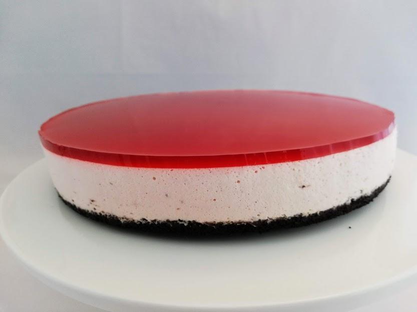 Jordbær cheesecake uden . Cheesecake er en rigtig god dessert kage, som kan laves dagen før den skal bruges, og det syntes jeg altid er et hit, så er der tid til altmulig andet, den dag man skal have gæster. Jeg syntes cheesecake kan være lidt tung men med jordbær frisker det den op. Selv min mand som ikke er den store ostefan kan virkelig godt li denne kage.pynt