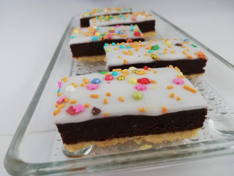 studenterbrød på fad. Studenterbrød er en rigtig god både at bruge kagerester, så det bliver til en ny lækker kage. Hvis man ikke har nogle kagerester, så kan man bage en chokoladekage og bruge den i stedet for kagerester.